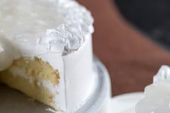 Torta de esponja fresca deliciosa de la leche del desmoche del coco Imagen de archivo
