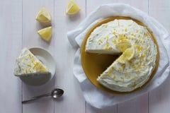 Torta de esponja poner crema del limón con la opinión superior del ánimo Fotos de archivo