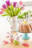 Torta de esponja y huevos de Pascua Fotos de archivo