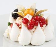 Torta de formación de hielo poner crema blanca con las frutas y el chocolate Fotos de archivo