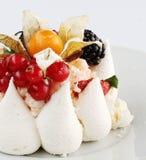 Torta de formación de hielo poner crema blanca con las frutas y el chocolate Fotos de archivo libres de regalías