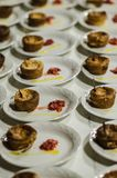 Torta de fruta com a sobremesa da noz vista de cima em uma placa branca foto de stock royalty free