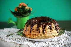 Torta de Gugelhopf o de Bundt cubierta con el chocolate derretido fotografía de archivo libre de regalías