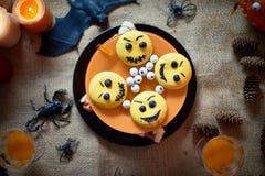 Torta de Halloween con los emoticons imagenes de archivo