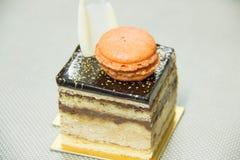 Torta de la ópera con las capas de ganache y de café del chocolate infundidas Imagen de archivo libre de regalías