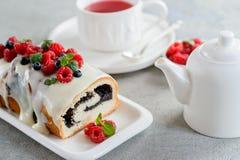 Torta de la amapola de la frambuesa por días de fiesta con té fotos de archivo libres de regalías