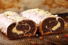 Torta de la amapola de Pascua con la formación de hielo y almendras Fotografía de archivo