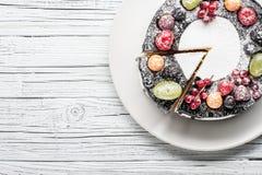 torta de la baya del chocolate en la placa sobre el fondo de madera blanco Fotos de archivo libres de regalías