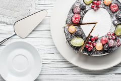 torta de la baya del chocolate en la placa sobre el fondo de madera blanco Fotografía de archivo