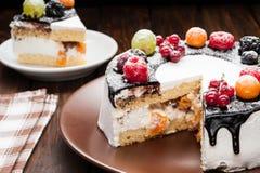 torta de la baya del chocolate en la placa sobre fondo de madera marrón Foto de archivo libre de regalías