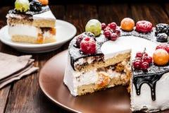 torta de la baya del chocolate en la placa sobre fondo de madera marrón Imagenes de archivo