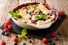 Torta de la baya del verano con las bayas, las pasas y blueberri de la frambuesa imagenes de archivo