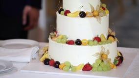 Torta de la celebración con las frutas en el evento del partido almacen de video