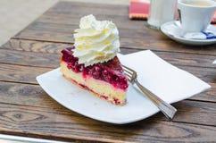 Torta de la cereza con crema Fotografía de archivo libre de regalías
