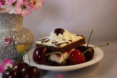 Torta de la cereza con crema y cerezas Fotos de archivo