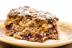 Torta de la cereza con el azúcar en polvo en la placa Fotos de archivo libres de regalías