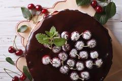 Torta de la cereza con el chocolate que hiela la visión superior horizontal Fotografía de archivo libre de regalías