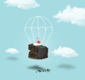 Torta de la cereza del chocolate con el paracaídas en el cielo azul sin texto Foto de archivo libre de regalías