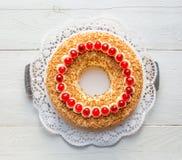 Torta de la corona de Francfort con las cerezas en de madera blanco Foto de archivo