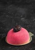 Torta de la crema batida con mazapán y la cuchara del vintage para el desayuno Fotografía de archivo