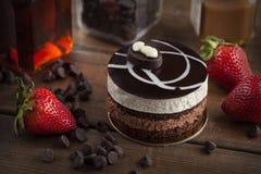Torta de la crema batida de chocolate con la fresa fotografía de archivo libre de regalías
