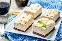 Torta de la crema batida del plátano del chocolate Imagen de archivo libre de regalías
