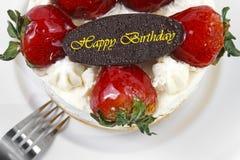 torta de la crema de la mantequilla de la fresa con la placa del chocolate del cumpleaños y para Fotos de archivo