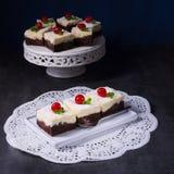Torta de la crema del chocolate con las cerezas Imagen de archivo