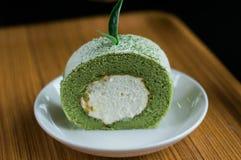 Torta de la crema del rollo del té verde fotos de archivo libres de regalías
