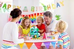 Torta de la fiesta de cumpleaños del niño Familia con los ni?os fotografía de archivo