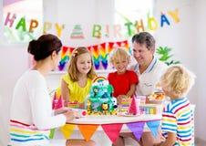 Torta de la fiesta de cumplea?os del ni?o Familia con los ni?os imagen de archivo libre de regalías