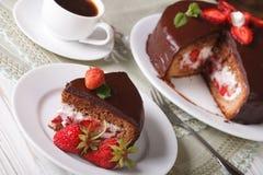 Torta de la fresa con el chocolate y el café en la tabla Fotos de archivo libres de regalías