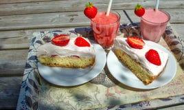 Torta de la fresa con el smoothie Fotos de archivo libres de regalías