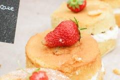 Torta de la fresa en la tabla Imágenes de archivo libres de regalías