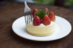 Torta de la fresa en la tabla de madera Foto de archivo libre de regalías