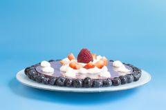 Torta de la fresa y del ar?ndano fotografía de archivo libre de regalías