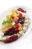 Torta de la fruta con crema imágenes de archivo libres de regalías