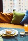 Torta de la fruta con el jugo en la tabla, al lado de la ventana y de las almohadas Luz del día, foco selectivo, efecto de la pel Imágenes de archivo libres de regalías