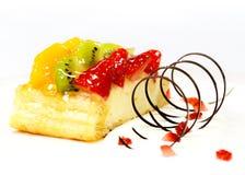 Torta de la fruta con la fresa, kiwi, baya y melocotones, frambuesas, naranja y otras frutas fotos de archivo
