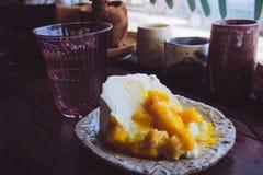Torta de la fruta del mango en la tabla de madera en el restaurante, café Foto de archivo libre de regalías