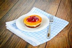 Torta de la fruta en el vintage Woody Background retro Fotos de archivo libres de regalías