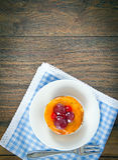 Torta de la fruta en el vintage Woody Background retro Foto de archivo libre de regalías