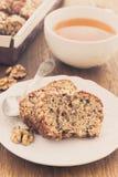 Torta de la fruta y de la nuez y taza de té Imagen de archivo libre de regalías