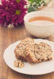 Torta de la fruta y de la nuez y taza de té Fotos de archivo libres de regalías