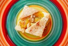 Torta de la fruta y plato del color fotos de archivo