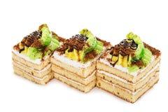 Torta de la galleta adornada con el plátano poner crema aislado en blanco Imágenes de archivo libres de regalías