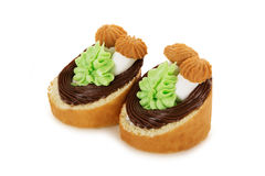 Torta de la galleta adornada con las flores poner crema y las setas aisladas Fotografía de archivo