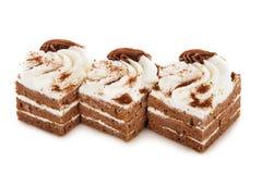 Torta de la galleta del chocolate adornada con las flores poner crema aisladas encendido Imágenes de archivo libres de regalías