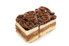 Torta de la galleta del chocolate adornada con las flores poner crema aisladas encendido Foto de archivo