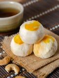 Torta de la haba con la yema de huevo salada fotos de archivo